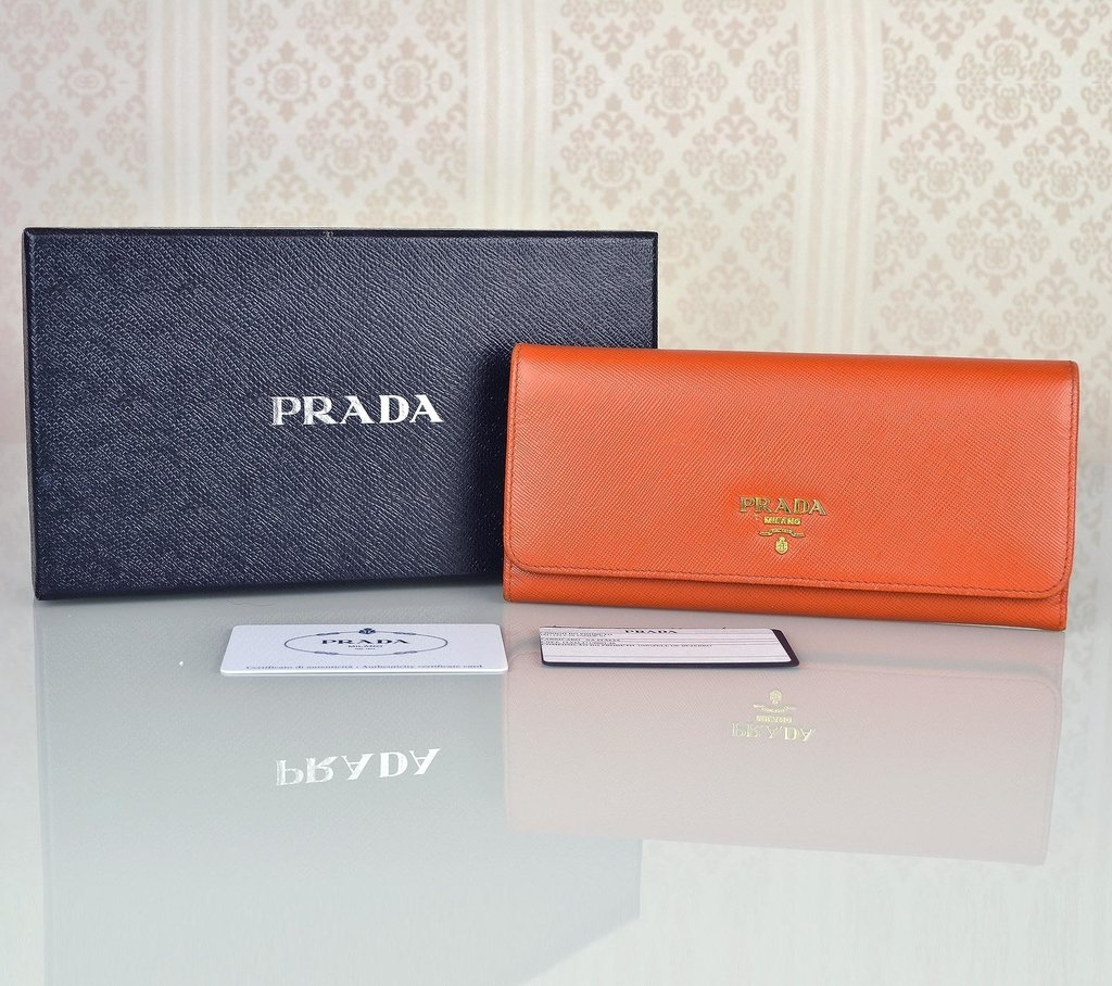 f8c7bf0b6 Carteira Prada Saffiano Papaya - loja online ...
