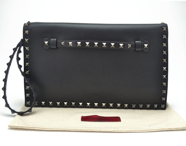 Clutch Valentino Black Nappa Leather Rockstud - Paris Brechó - Artigos de Luxo Seminovos