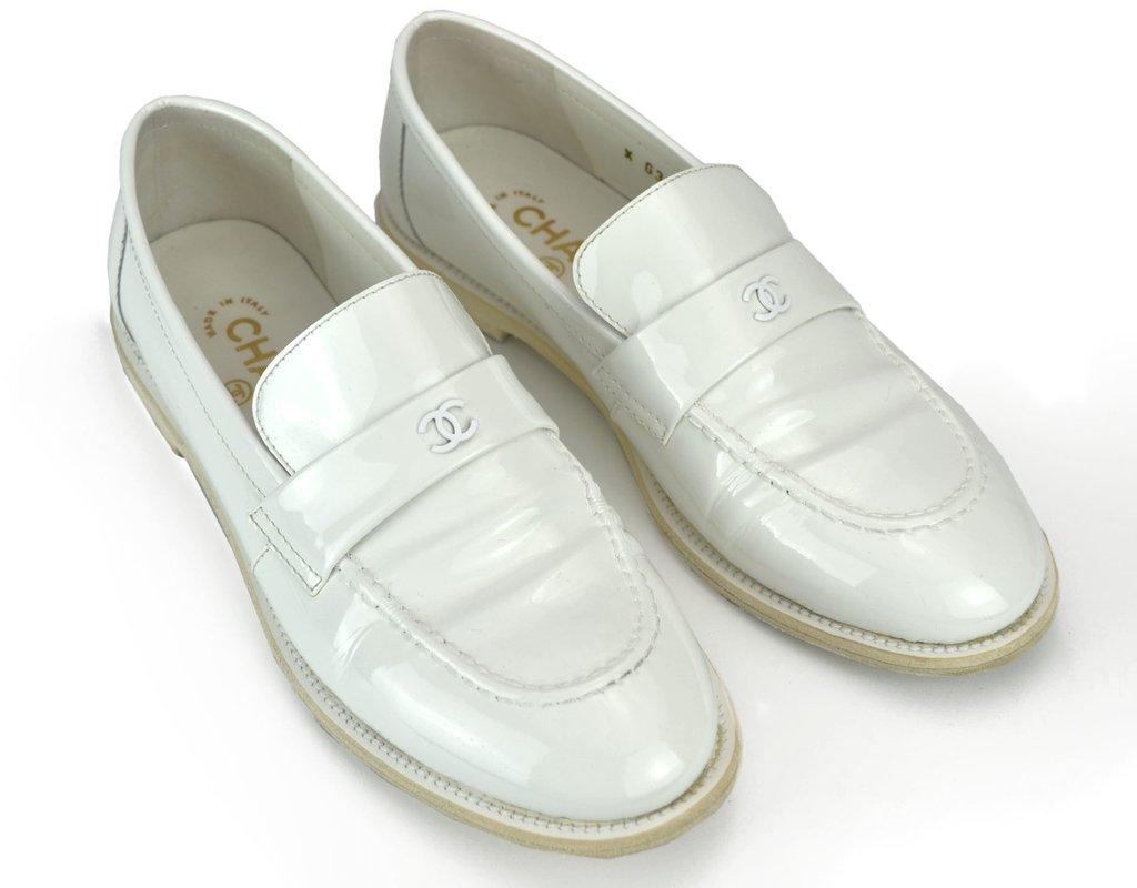 c21258672 Sapato Mocassim Chanel Patent Branco Tam 38 EUR