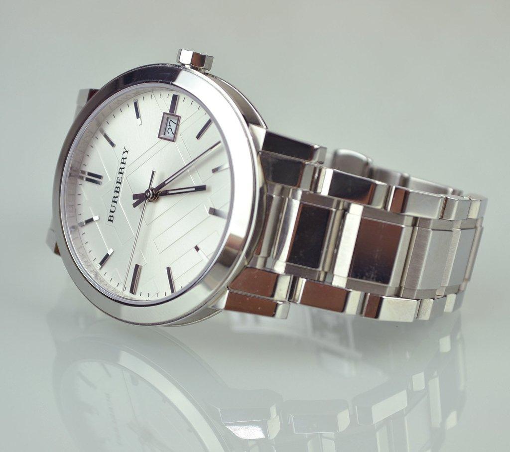 f43720bc4a1 ... Relógio Burberry Prata 22858 - Paris Brechó - Artigos de Luxo Seminovos  ...