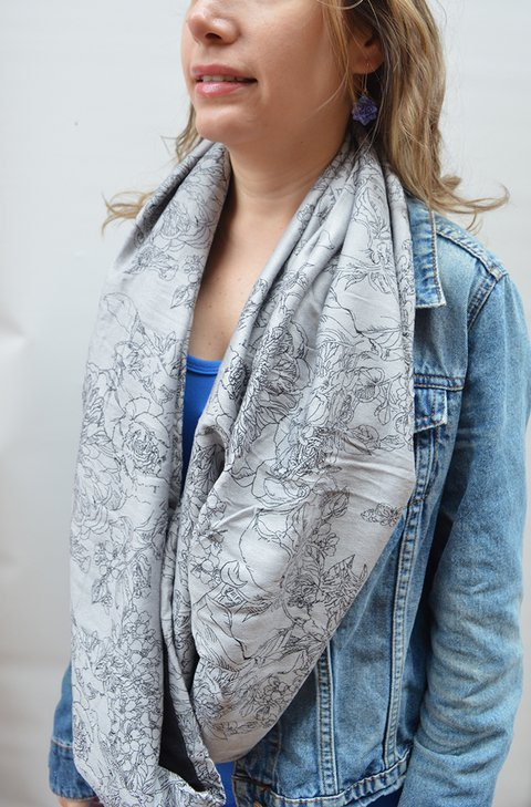 Infinity scarf grey flowers - La Casa Jaguar on internet