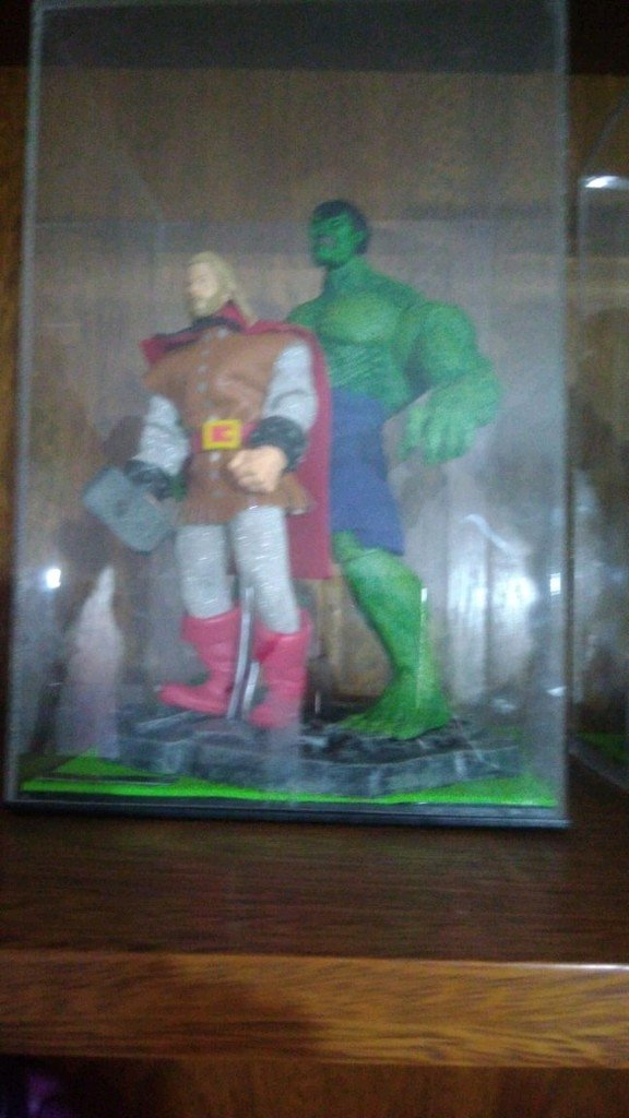 Diorama do hulk com Thor.