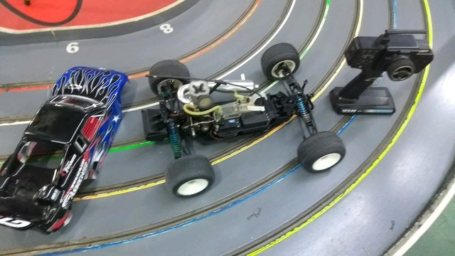 Automodelo 1/10 team associated com radio na internet