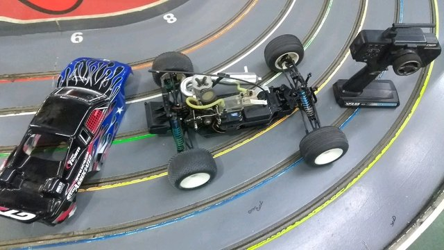Automodelo 1/10 team associated com radio - Caipira Voador