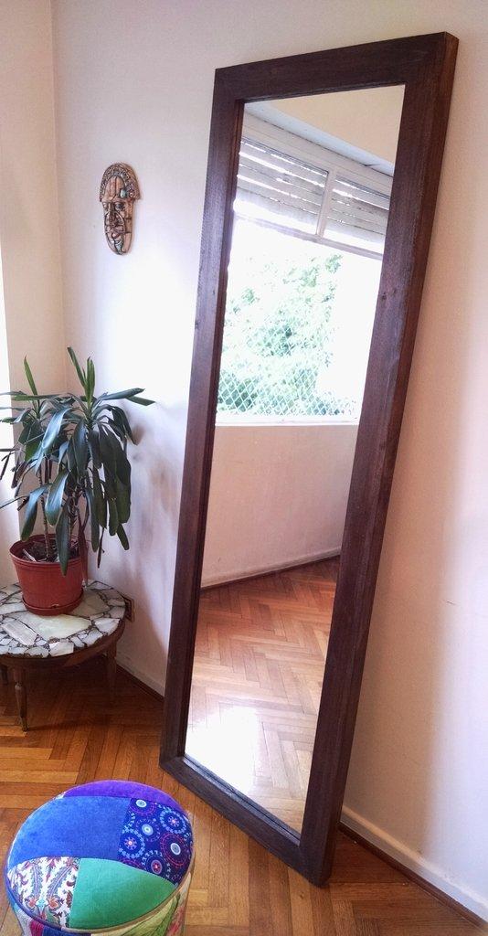 Espejo de pie con marco en madera maciza reciclada lustre for Espejos con marco en madera