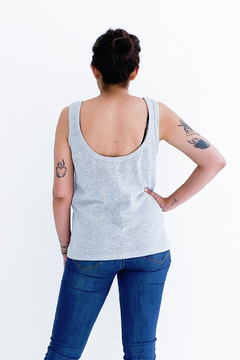 MUSCULOSA RED #TanBasicaQueDuele en internet