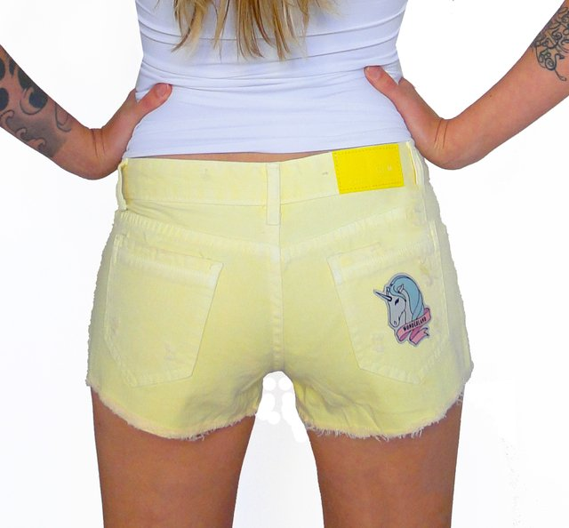 Shorts Jeans Com Patches De Unicórnio