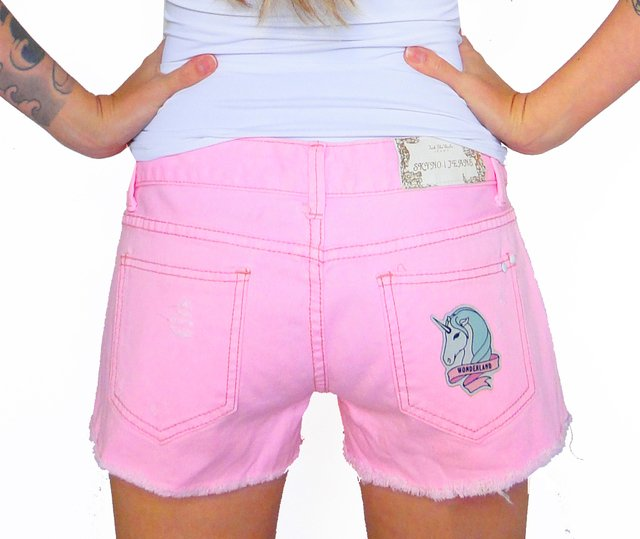Shorts Jeans Com Patches De Unicórnio - comprar online