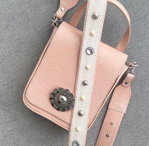 Holly Pink. Correa Beige