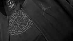 "JORDAN AJ1 LOGO ULTIMATE FLIGHT ""BLACK/BLACK"" JACKET - MEN'S en internet"