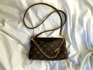 Clutch Louis Vuitton Pallas Monogram Canvas Black - loja online