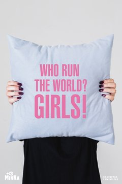 Capa de Almofada Who Run The World? Girls! - MinKa Camisetas Feministas