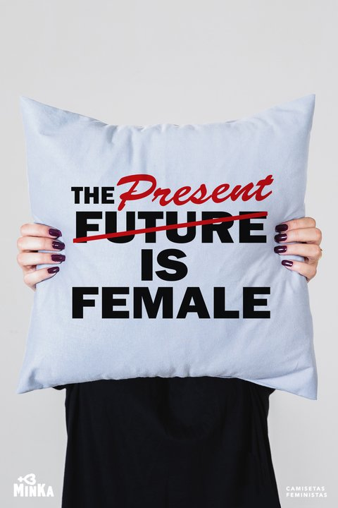 Capa de Almofada The Present is Female - MinKa Camisetas Feministas