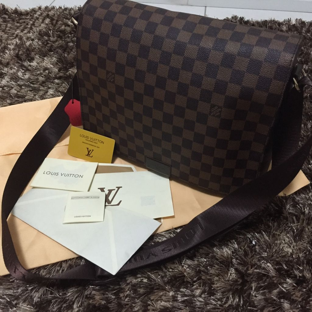 8f51f75fc ... Bolsa Louis Vuitton DISTRICT MM. Esgotado. 0%. OFF. 1