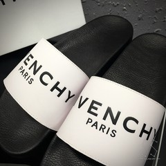 Chinelo Givenchy na internet