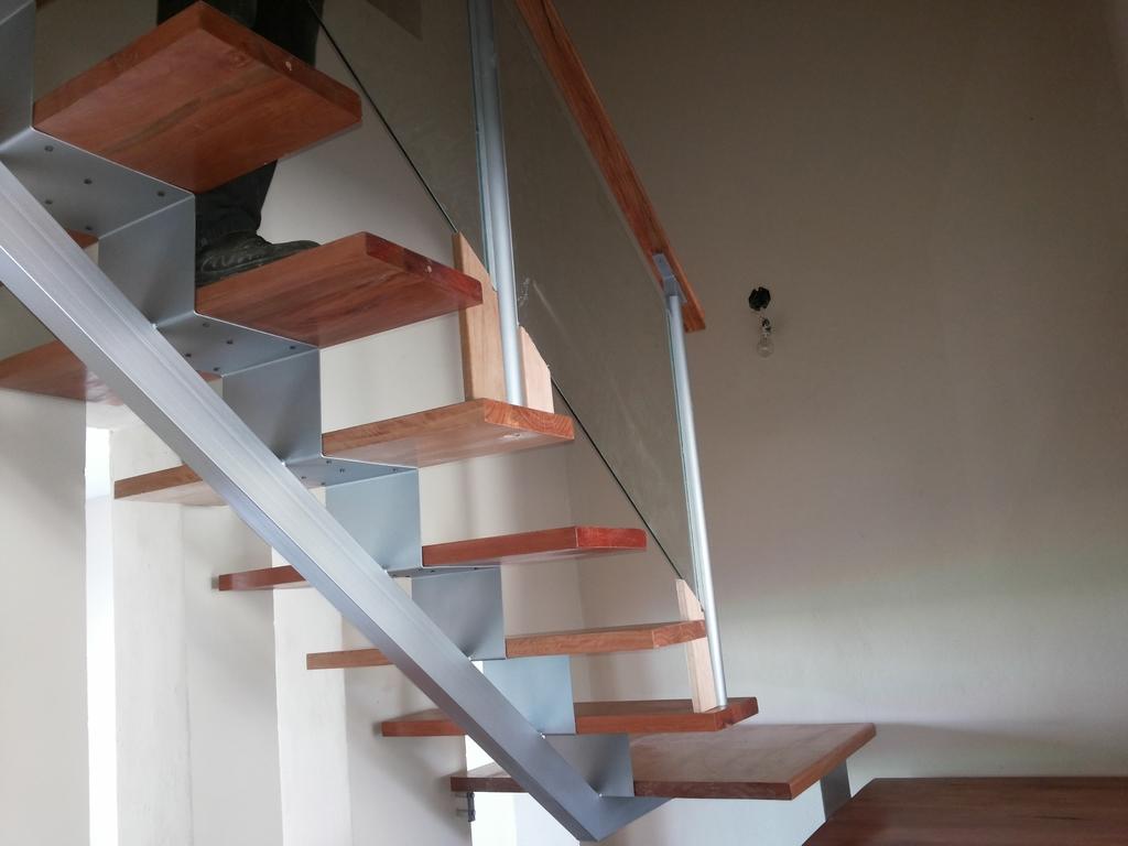 Escalera Eje Central Estruct Metalica Y Escalones Madera