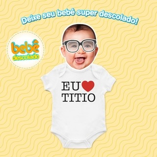 Bebê usando body descolado com frase do titio.