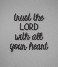 "Frase ""Trust the LORD"" (recorte)"