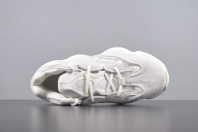 Yeezy 500 Bone White na internet