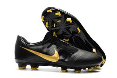 CHUTEIRA NIKE PHANTOM VENOM ELITE CAMPO BLACK+GOLDEN