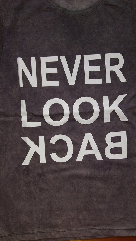 Remera Genaro Never Look Back en internet