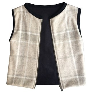 Unisex vest, minimalist cut and wide armholes. Italian wool quality cloth, sueded, very soft. The size is quite broad.