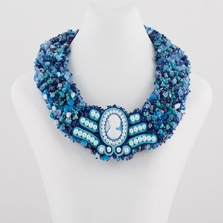 Collar bordado con soutache central