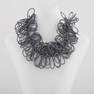 Collar Alas color gris
