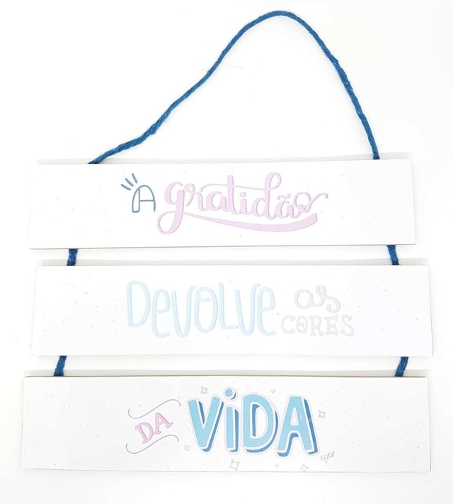 PLACA DECORATIVA COM CORDÃO ''A GRATIDÃO DEVOLVE AS CORES DA VIDA''