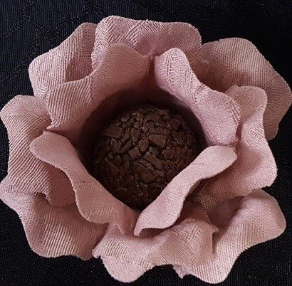 fabric-flower-wrappers-for-wedding-sweets