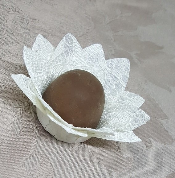 fabric-flower-wrappers-for-wedding-sweets-daisy-in-lace