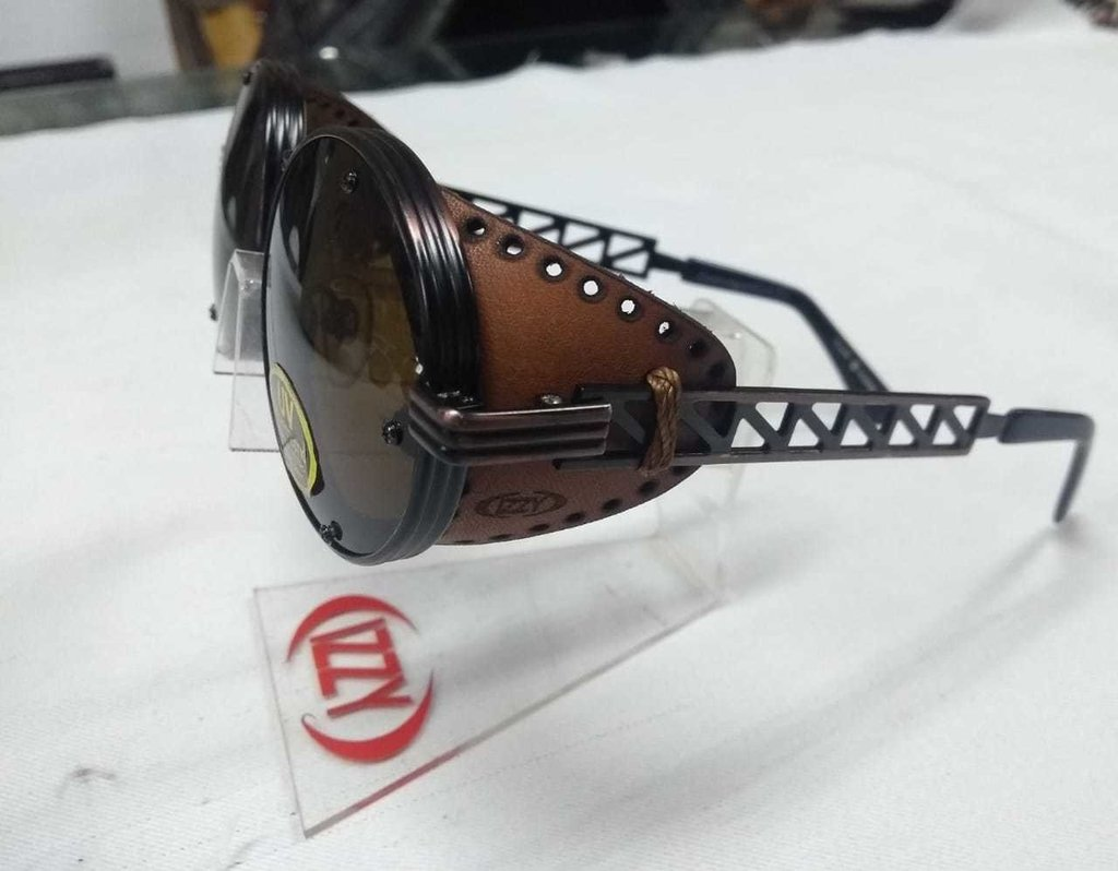 db31eeeec Óculos Retrô Redondo Com Proteção Lateral De Couro