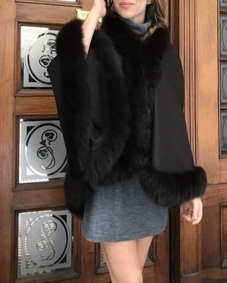 Cashmere & fox cape Short on front, long in back/ en internet