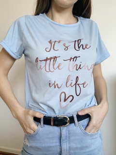 REMERA LITTLE THINGS CELESTE - comprar online