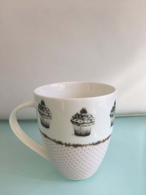 TAZA MUG PORCELANA DELICIOUS CAKE BORDE PUNTITOS 500CC
