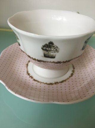 TAZA PORCELANA C/BASE DELICIOUS CAKE BORDE PUNTITOS 330CC