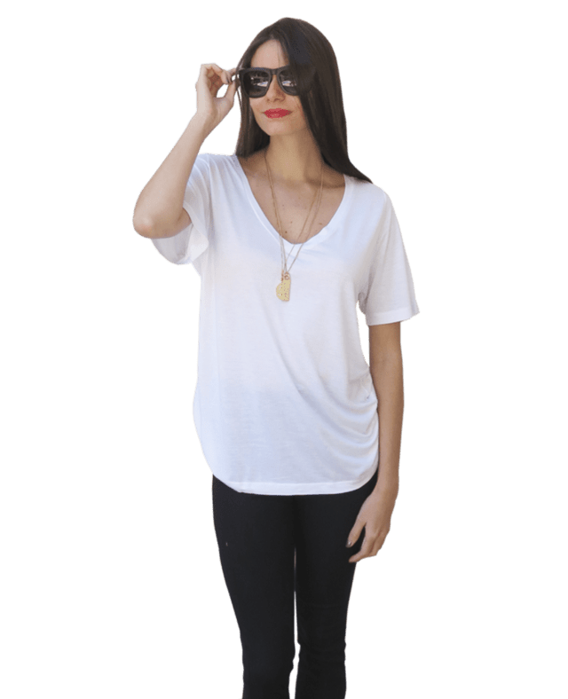 Camiseta básica decote V malha viscose - Little White Tee
