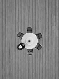 Lonely dinner black and white / Marcus Cederberg en internet