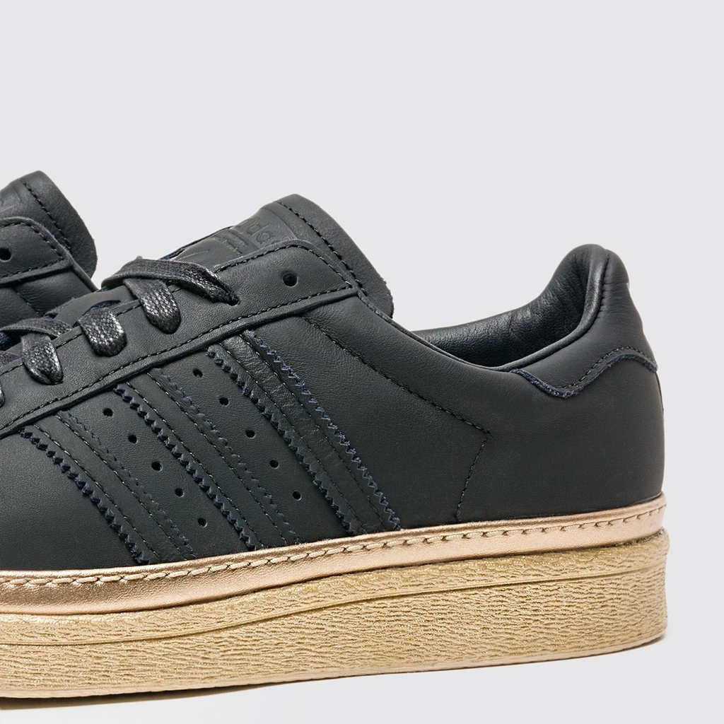 new product 7350c 149f3 Tênis Feminino Adidas Superstar 80s New Bold W Preto e Dourado Couro B28041