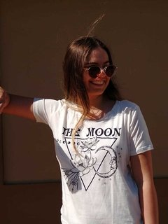 Remera triangulo THE MOON