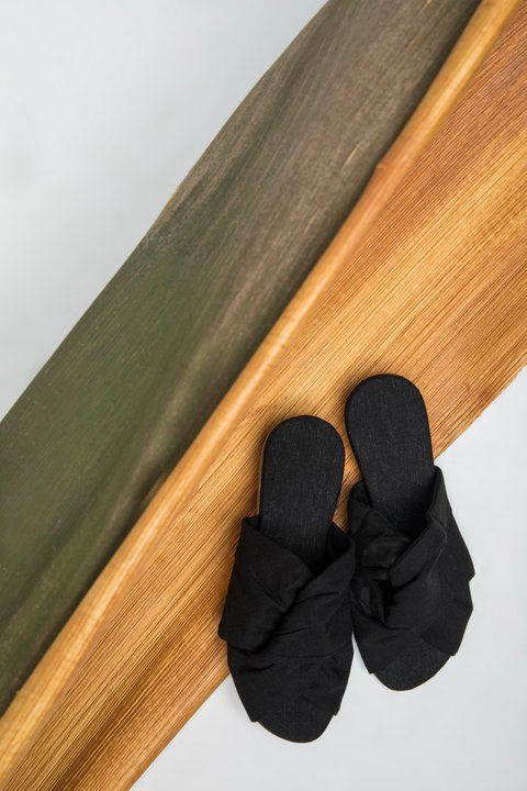 BLACK SANDAL IN LINEN