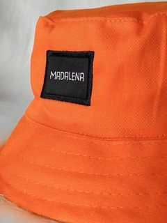 bucket hat laranja na internet
