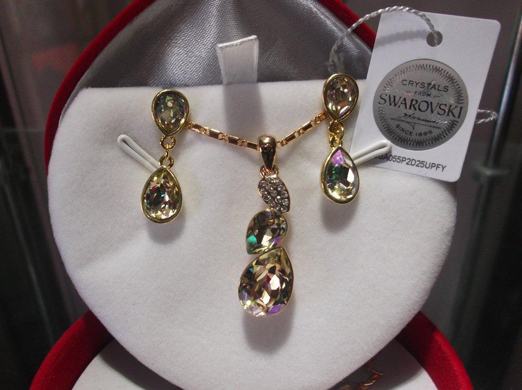 151fe9c6206a Set collar y aros finos con baño de oro rosa hecho con cristales Swarovski  elements