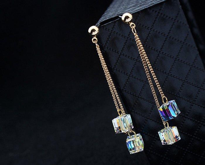 288f9f603a74 Aros largos finos cuadrados con baño de oro rosa hechos con cristales  Swarovski elements