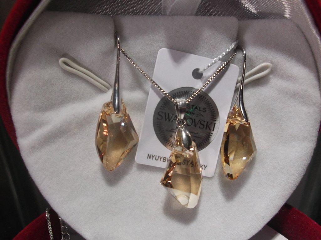 4709dac5ab89 Set collar y aros finos con baño de rodio hecho con cristales Swarovski  elements