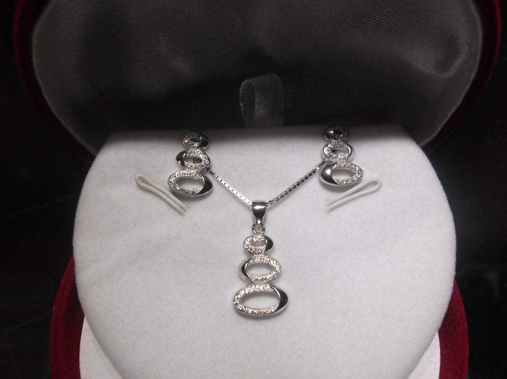 8b73f04012e5 Set collar con dije y aros finos de plata 925 rodinada y cubics