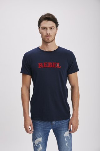 REMERA ESTAMPA REBEL