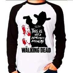 Camiseta Raglan Longa The Walking Dead Is Not A Democracy