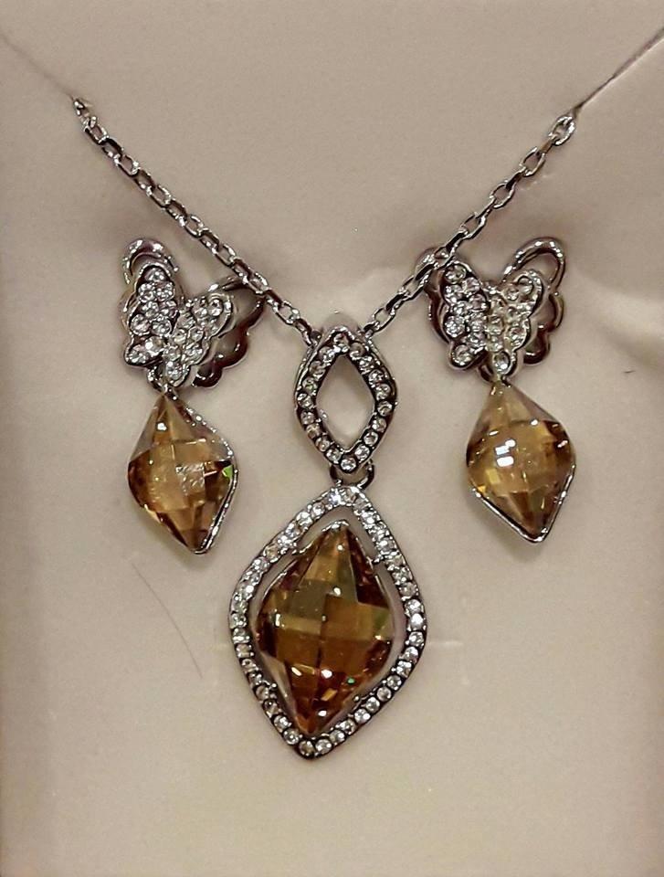 a732d095927f Set collar y aros finos con baño de rodio hecho con cristales Swarovski  elements