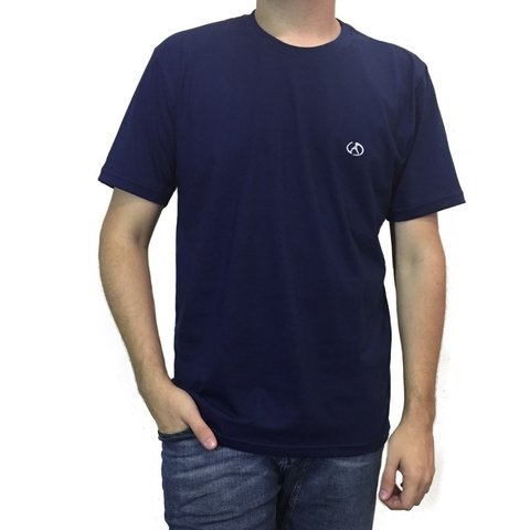 Camiseta com logo bordado